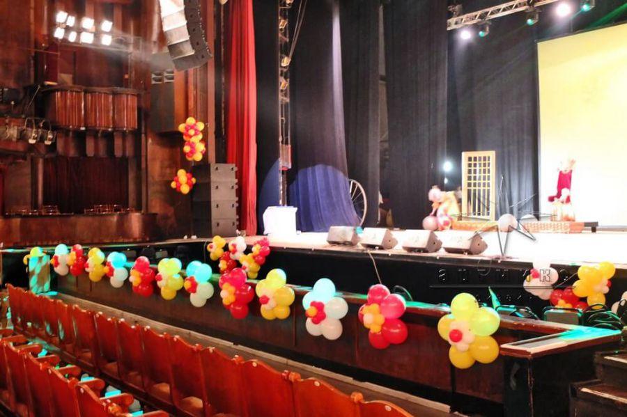фото оформление воздушными шарами сцены