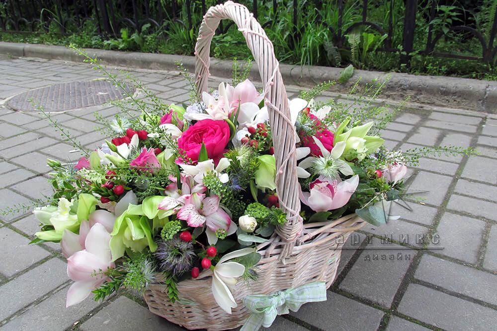 Красивая корзина цветов на юбилей роз лент своими