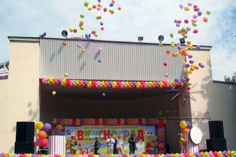 В конце зажигательной концертно-развлекательной программы был запуск шаров в небо