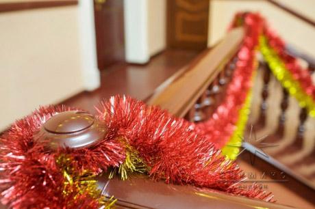 Яркий декор в оформлении лестницы на Новогодний праздник