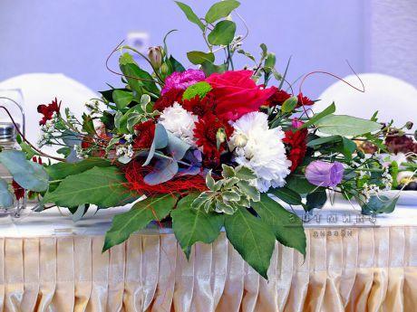 Цветочная композиция в оформлении зала в Толстом сквере для именинника