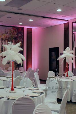 Декор - страусиные перья на столах гостей