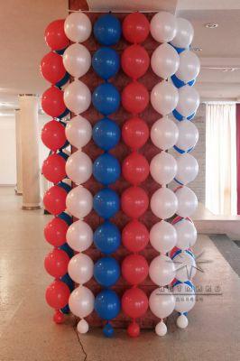 Колона в зале оформлена воздушными шарами