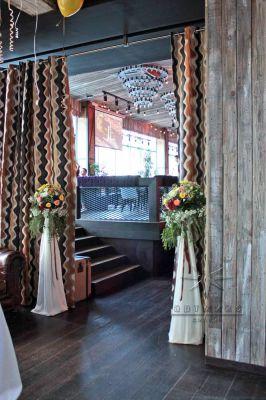 Оформление входа в банкетный зал  - живыми цветами на стойках