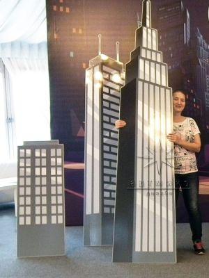 Впереди стоящие большие элементы - небоскребы