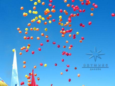 Красочный запуск шаров на выпускном вечере