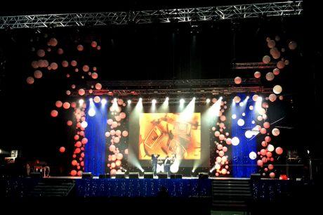 Дизайн сцены воздушными шарами, баннерами и декорирование тканями с подсветкой