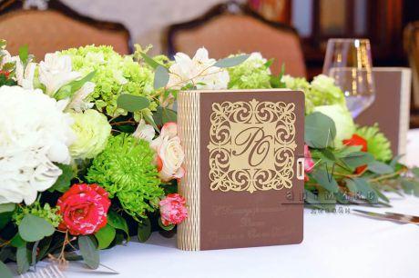 Цветочная композиция с индивидуальным сувениром для гостей