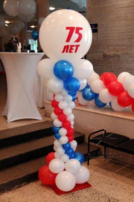 Колонны / стойки из шаров (белого, синего и красного цвета) в праздничном оформлении