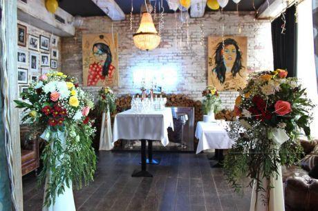 Оформление  зала живыми цветами, шарами