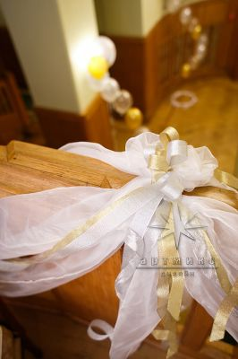 В декорировании лестницы используются ленты из органзы