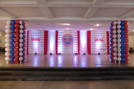 Праздничный фон холла • панно из воздушных шаров и тканями с подсветкой к юбилею предприятия