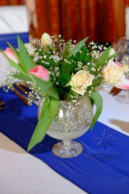 Праздничное помещение украшено красивыми букетами из тюльпанов в вазонах