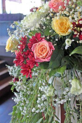 Цветочные композиции из розы различных цветов и оттенков, красной и белой хризантемы,  гипсофилы и фрезии