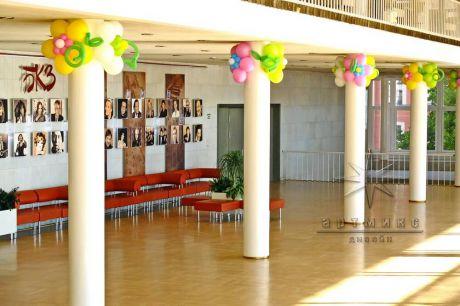 Украшение колонн цветами из воздушных шаров
