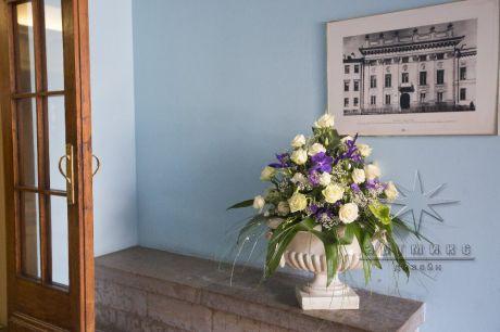Флористика в оформлении входа во дворец на мероприятие