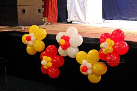 Яркое оформление сцены воздушными шарами