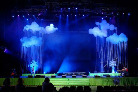 Праздничное оформление сцены преображается с помощью декораций и света
