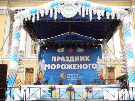 Праздничное пространство украшено воздушными шарами на день городского праздника