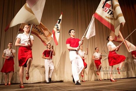 Идеальное оформление сцены -  шоу флагами