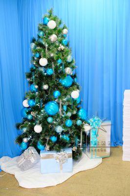 Классическая ель с белым и голубым декором