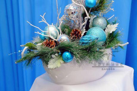 Новогодняя композиция с белым и голубым декором