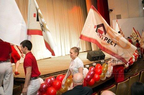 Украшение зала на юбилей строительной компании флагами, тканями, шарами, подсветкой и баннерами