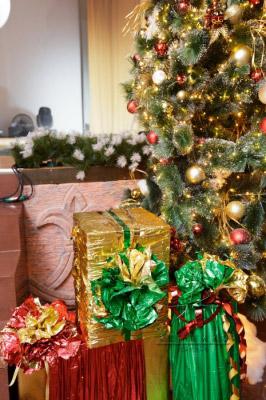 Сказочный праздник – это Новый год, где украшенная новогодняя елки (игрушками, мишурой, гирляндами) играет особую роль в настроении  новогоднего торжества