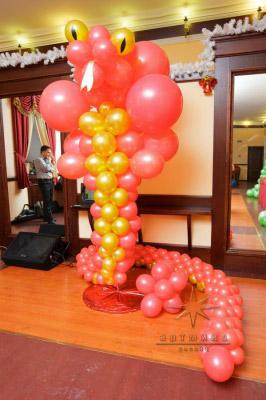 Новогодняя фигура из воздушных шаров - красная змея