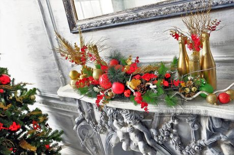 Композиция изготовлена из ели и хвои и украшена новогодним декором