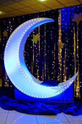 Романтическая фотозона, которая дает вам возможность посидеть на месяце в окружении звезд