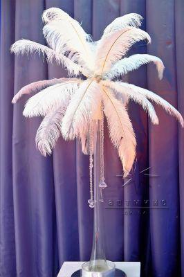 Перья на высоких вазах для украшения праздничных столов на Новый год