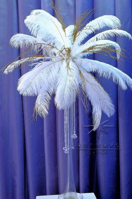 Страусиные перья на высоких вазах для новогоднего декора