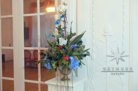 Колонны, золотые вазы с цветами