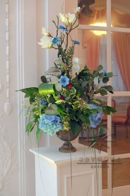 Золотой вазон с цветочной композицией