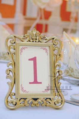 Аренда золотых рамок для рассадочных карточек на столы гостей