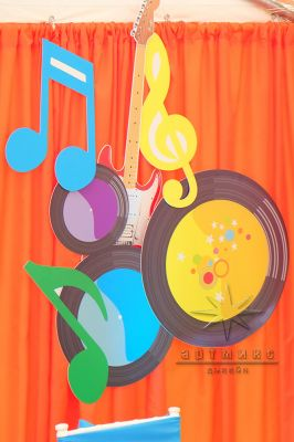 Декор музыкальных инструментов в стиле праздника