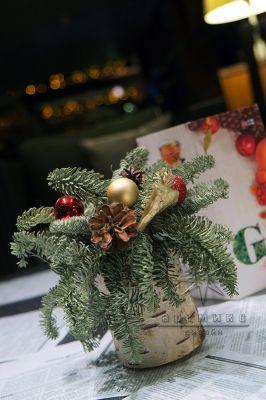 Варианты новогоднего декора в оформлении столов для гостей
