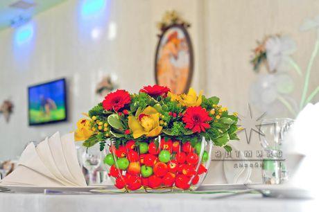 Гербера, орхидея в вазе с дополнительным декором - яркими маленькими яблочками