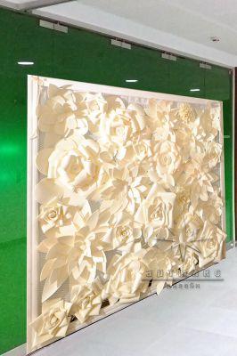 Объемная фотозона из цветов в офисных помещений