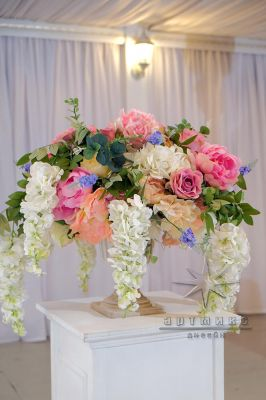 Декоративные тумбы белого цвета с вазами и цветами в аренду