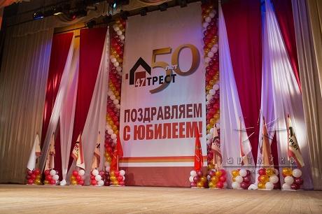 Украшение сцены тканью, шарами, баннерами и флагами