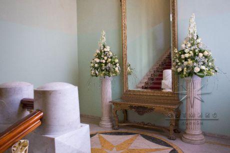 Оформление цветочными композициями лестнице во дворце