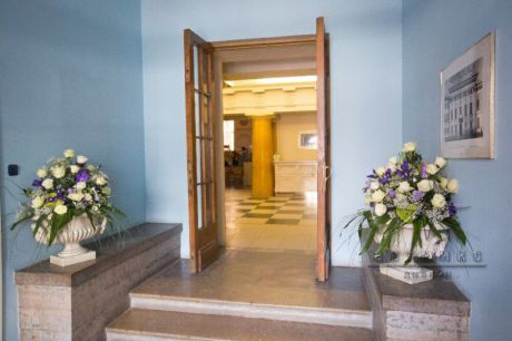 Оформление цветочными композициями главной лестницы дворца