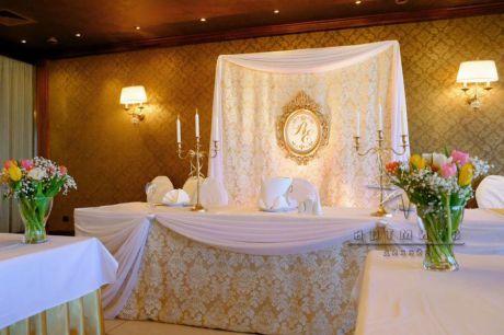 Изысканное оформление зала в классическом стиле ресторана Пьяццо Романо