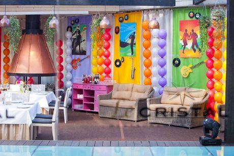 Оформление ресторана  Le Cristal. яркими тканями, воздушными шарами, баннерами, виниловыми пластинками, фигурами из картона