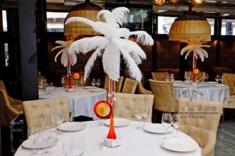 Вазы с перьями на стол гостей в стиле Кабаре