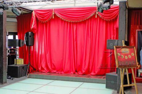 Оформление сцены занавесом из ткани красного цвета