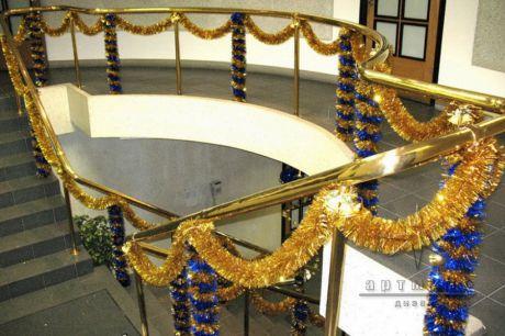 Оформление лестницы новогодней золотой мишурой