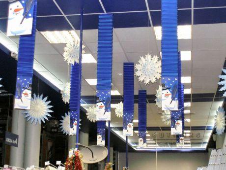 Новогоднее оформление торгового зала магазина в сине бело голубых тонах